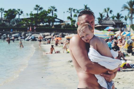 Playa de Amadores - pēc kārtīga izpļanckājiena sāļajā okeāna ūdenī vissiltāk ir tētim opiņā